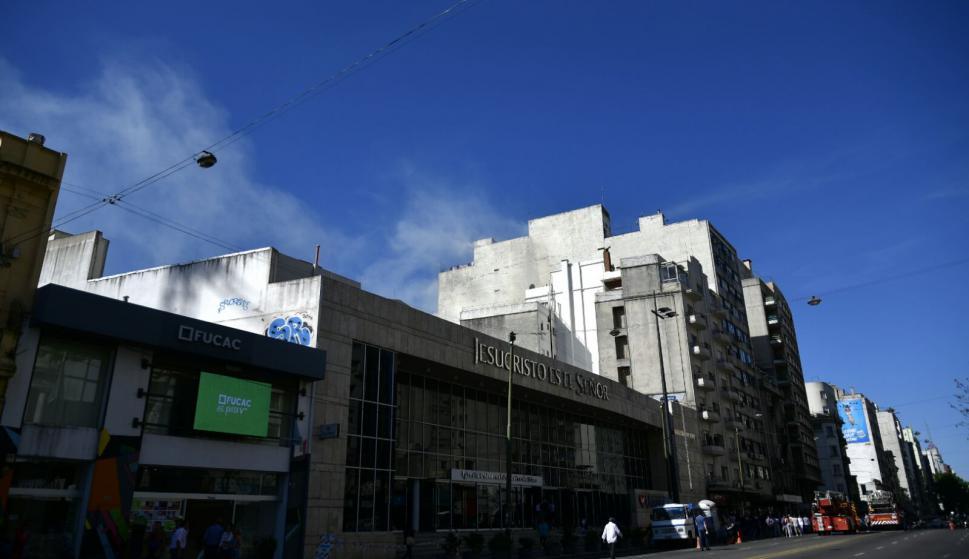 Bomberos combate incendio en edificio de 18 de Julio y Martín C. Martínez. Foto: Fernando Ponzetto
