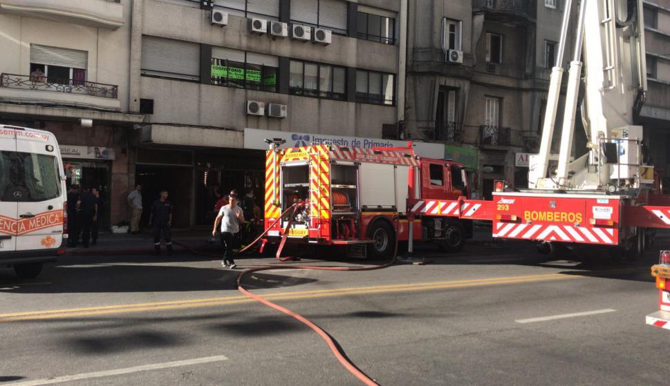 Bomberos trabaja en incendio en edificio sobre 18 de Julio. Foto: Pablo Melgar