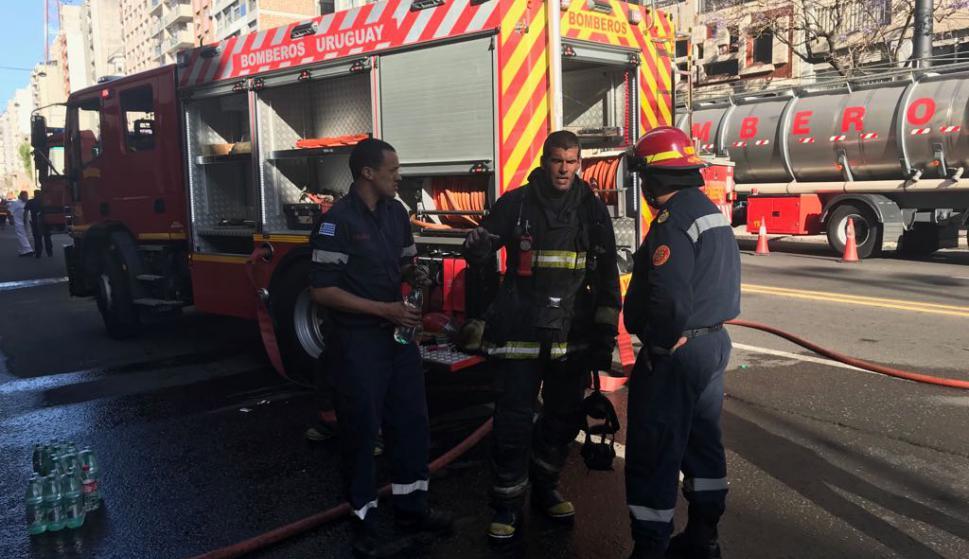 Bomberos trabaja en un incendio en edificio en 18 de Julio: Foto: Pablo Melgar
