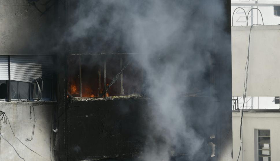 Bomberos trabaja en incendio en edificio sobre 18 de Julio: Foto: Fernando Ponzetto