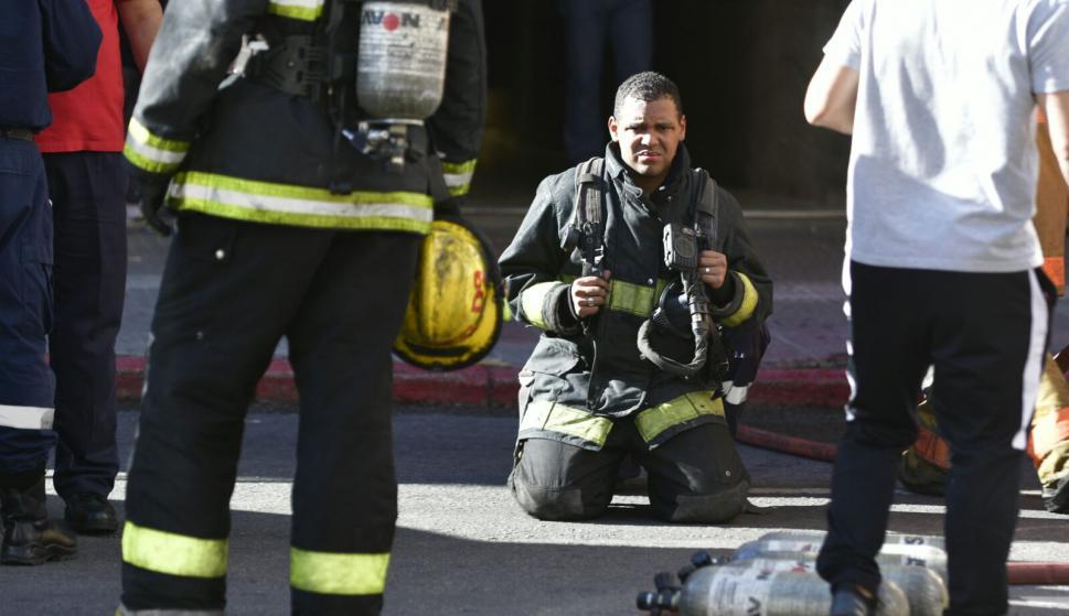 Bomberos combate incendio en edificio sobre 18 de Julio. Foto: Fernando Ponzetto