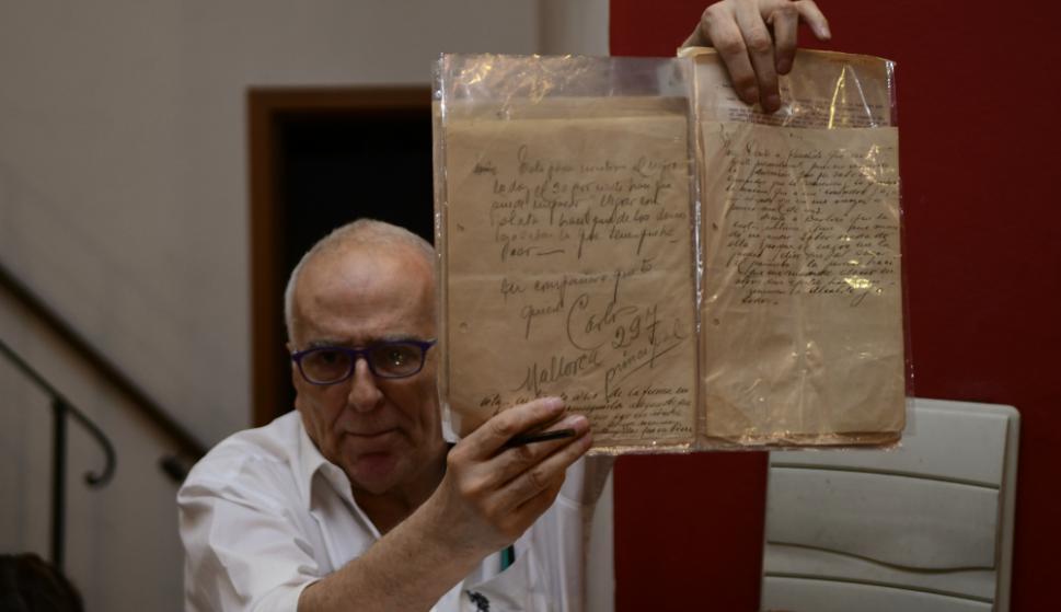 El rematador exhibe la joya de la Corona,  la carta enviada por Carlos Gardel desde Mallorca a su amigo y representante José Razzano. Foto: Marcelo Bonjour