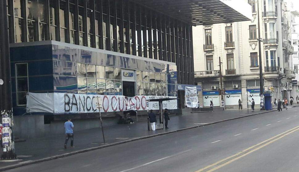AEBU ocupa edificio del BROU en 18 de julio y Minas. Foto: Lucía Baldomir.