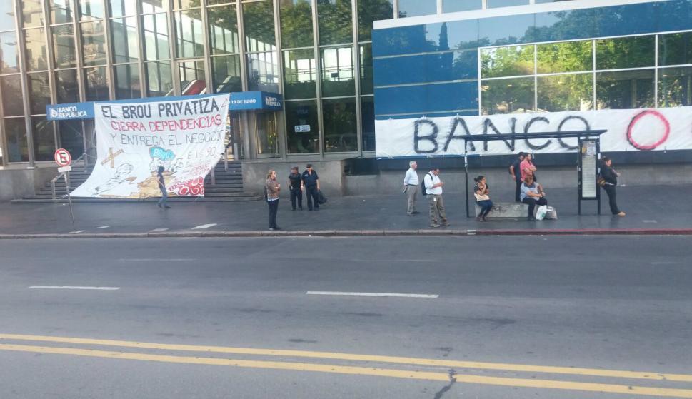 AEBU ocupa edificio del BROU en 18 de julio y Minas. Foto: Bruno Scelza.