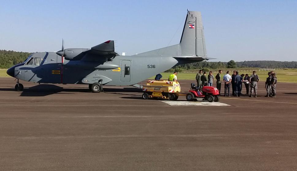 Avión de la Fuerza Aérea destinado a trasladar el cuerpo de Valentina hasta Montevideo. Foto: El País.
