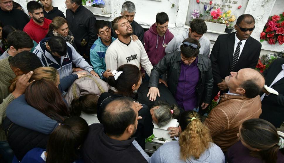 Cientos de vecinos se agolparon a la casa velatoria para despedir a Valentina. Foto: F. Ponzetto