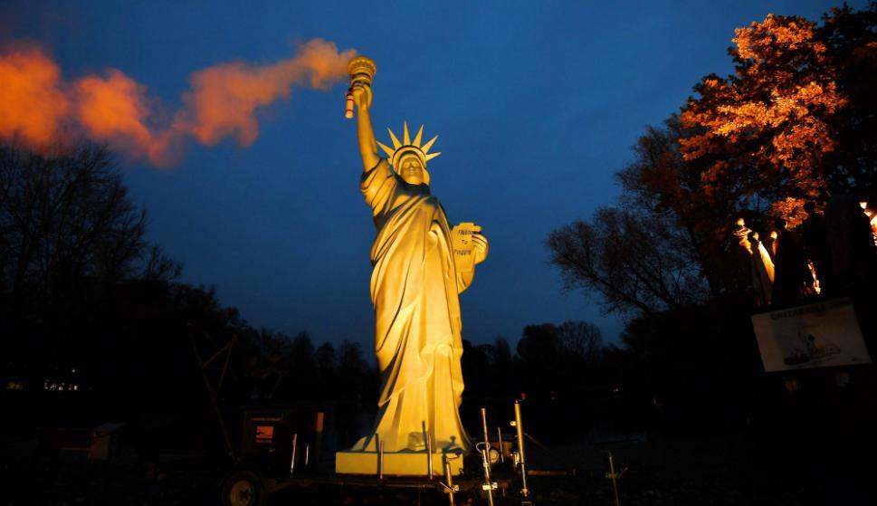 Parodia: una réplica de la Estatua de la Libertad en Bonn simula lanzar contaminantes, en reacción a la posición de Donald Trump. Foto: AFP