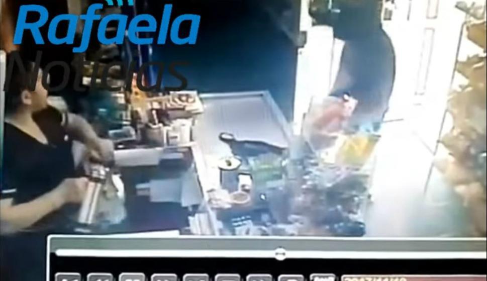 Comerciante enfrentó a un ladrón con agua caliente.