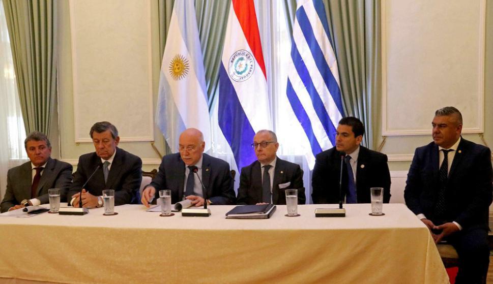 El ministro de Relaciones de Paraguay, Eladio Loizaga (3i), en conferencia con Jorge Faurie (3d) y Rodolfo Nin Novoa (2i), Wilmar Valdez (i), Claudio Tapia (d) y Robert Harrison. Foto: EFE