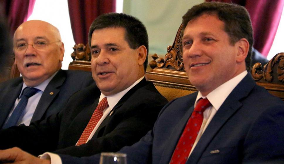 El ministro de Relaciones de Paraguay, Eladio Loizaga, el presidente de Paraguay, Horacio Cartes, y el presidente de la Conmebol, Alejandro Domínguez. Foto: EFE