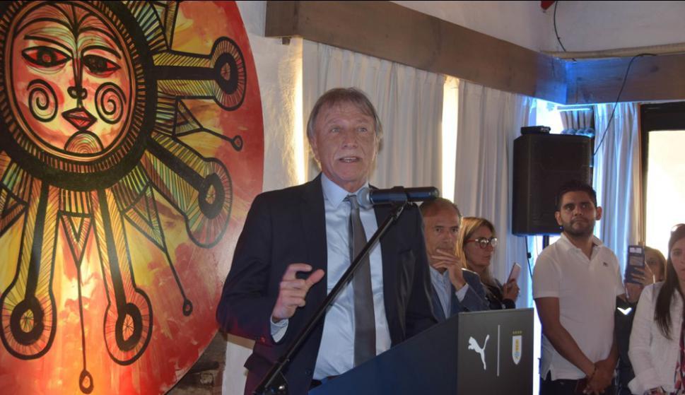 El vicepresidente de la AUF, Edgar Welker, en la presentación de la camiseta de Uruguay en Casapueblo. Foto: Ricardo Figueredo