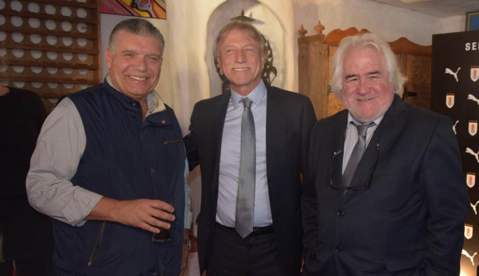 Carlos Páez, el vicepresidente de la AUF Edgar Welker y Roberto Pastoriza, secretario de selecciones, en la presentación de la camiseta de Uruguay en Casapueblo. Foto: Ricardo Figueredo