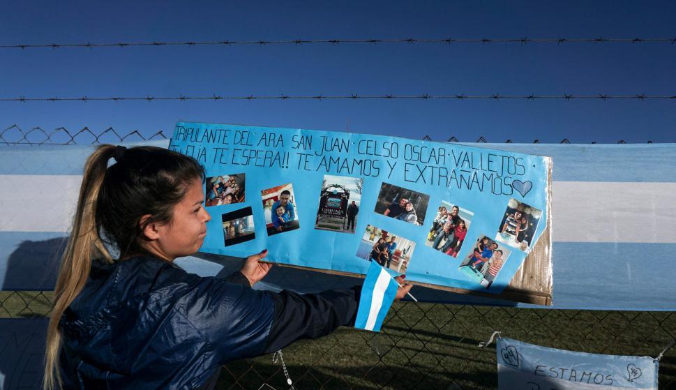 Carteles de aliento de que regresen dirigidos a los tripulantes. Foto: AFP