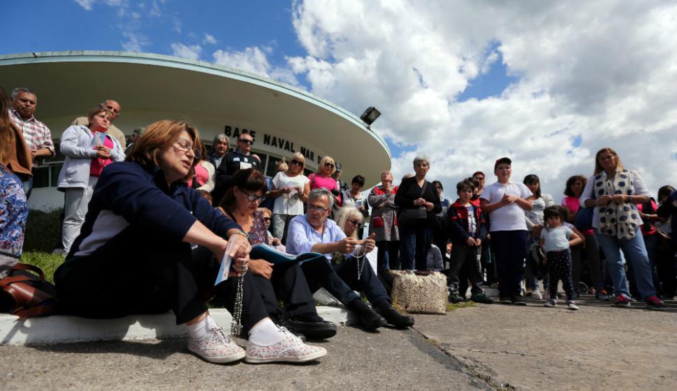 Jornada de rezo por los 44 tripulantes del submarino en la base naval de Mar del Plata. Foto: AFP