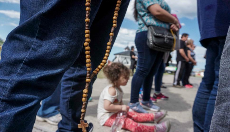 Niños, jóvenes y adultos esperan desde hace días noticias de sus familiares. Foto: AFP