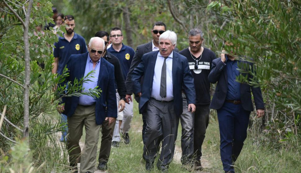 El fiscal Juan Gómez (de corbata) sale del monto donde fue encontrada Brissa. Foto: Marcelo Bonjour