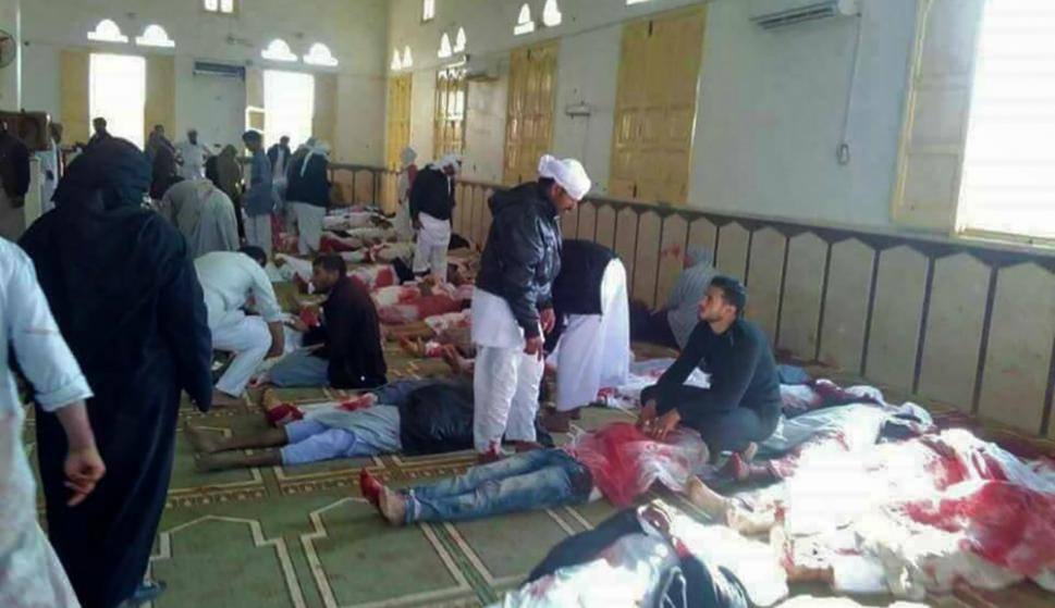 Los cuerpos alineados en la mezquita donde se produjo el atentado. Foto: AFP