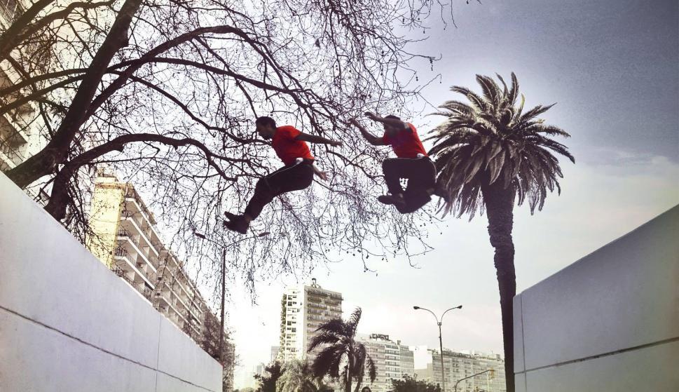 Cientos de uruguayos realizan parkour, una disciplina de superación de obstáculos cada vez más practicada. Foto: Fabián Erroizarena