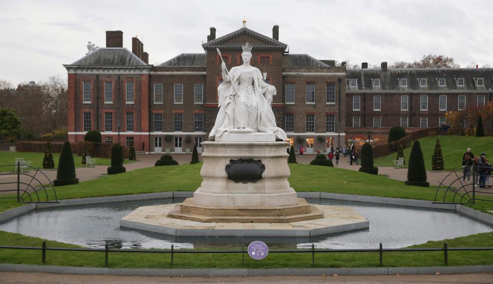 El príncipe Harry y Meghan Markle hacen su primera aparición tras anunciar su compromiso en los Jardines del Palacio de Kensington. Foto: AFP