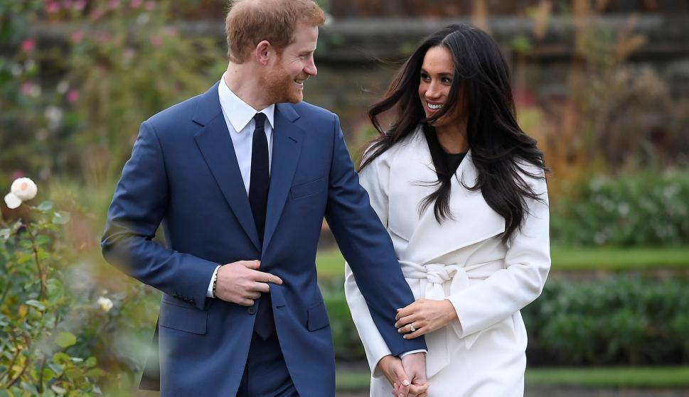 El príncipe Harry y Meghan Markle hacen su primera aparición tras anunciar su compromiso en los Jardines del Palacio de Kensington. Foto: Reuters