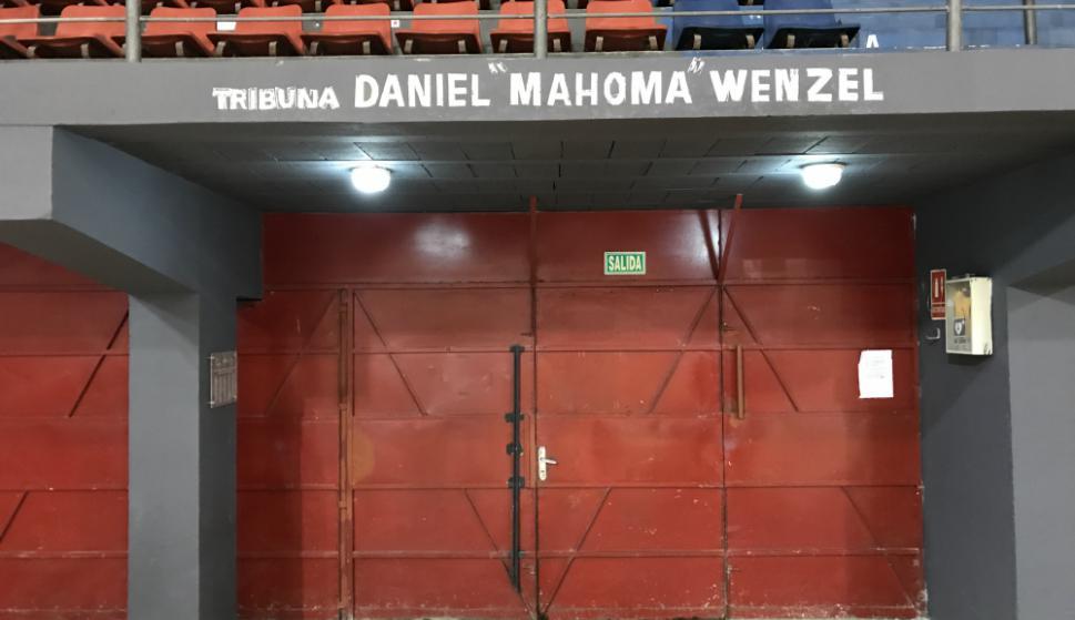 """La tribuna de """"Mahoma"""" se mantiene en el estadio de Trouville. Foto: Emiliano Esteves"""