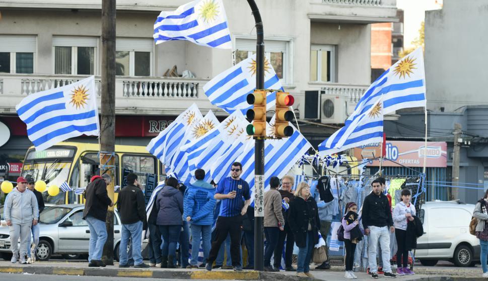 Banderas uruguayas en avenida Italia. Foto: Marcelo Bonjour.