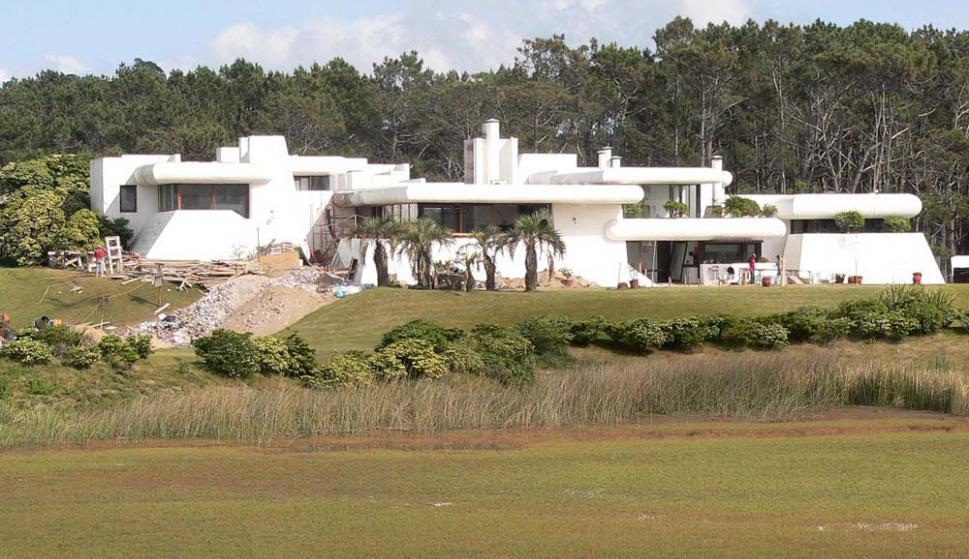 La casa Poseidón fue terminada en 1978 y desde entonces da la bienvenida a quienes llegan a Punta del Este. Foto: R. Figueredo