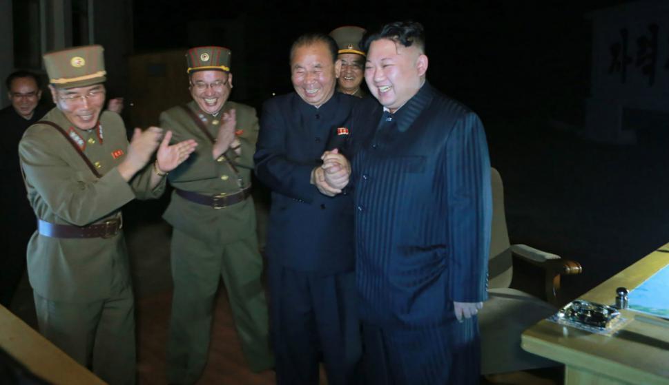 Kim Jong Un y autoridades militares celebran el lanzamiento del misil balístico. Foto: AFP