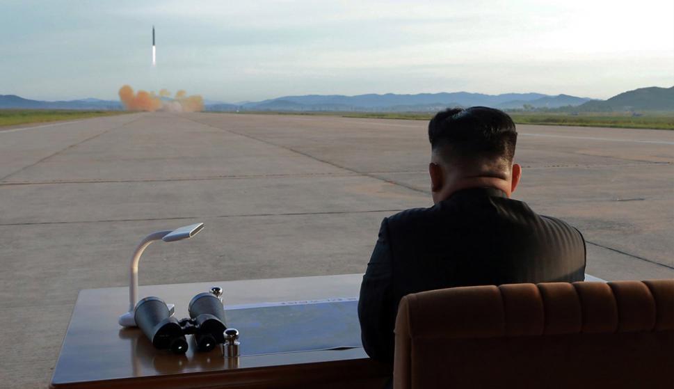 El líder norcoreano observa el lanzamiento del misil. Foto. EFE