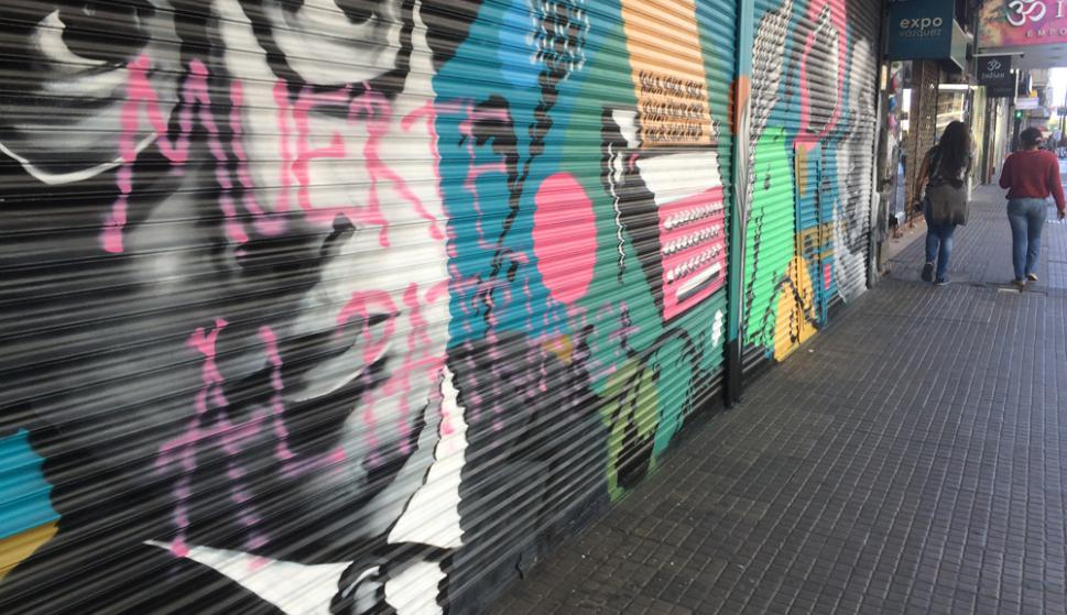 A menos de dos semanas de pintadas, las cortinas de seis comercios fueron grafiteadas. Foto: F. Ponzetto
