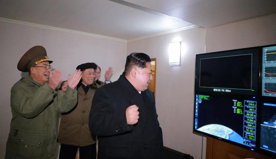 El líder norcoreano en el momento del lanzamiento. Foto: Reuters