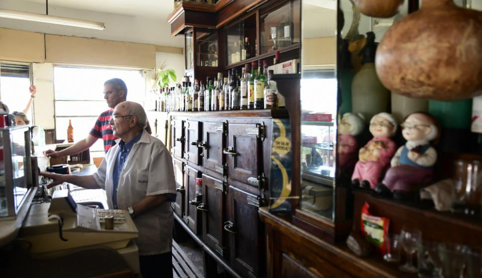 El bar cumplió 70 años en 2017 y su dueño Manuel trabajó allí desde hace casi 60 años. Foto: Marcelo Bonjour