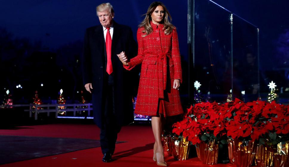 Serio ante un nuevo escándalo de su gobierno, Trump acompaña a Melania en los preparativos para Navidad. Foto: Reuters