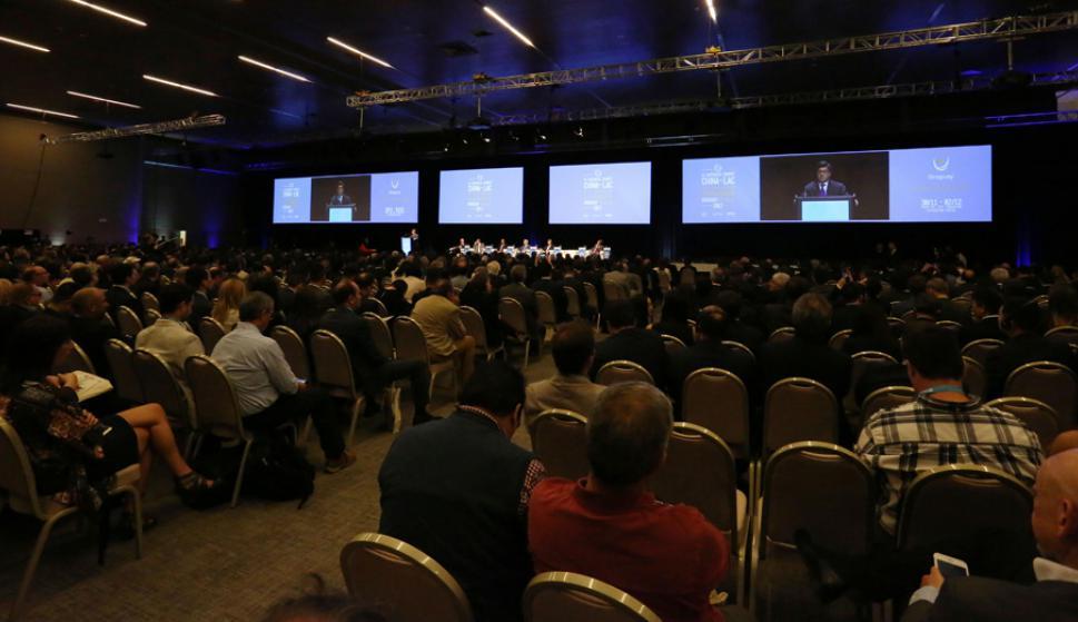 Una multitud de empresarios de China y América Latina y el Caribe se dieron cita en el centro de convenciones de Punta del Este. Foto: Ricardo Figueredo