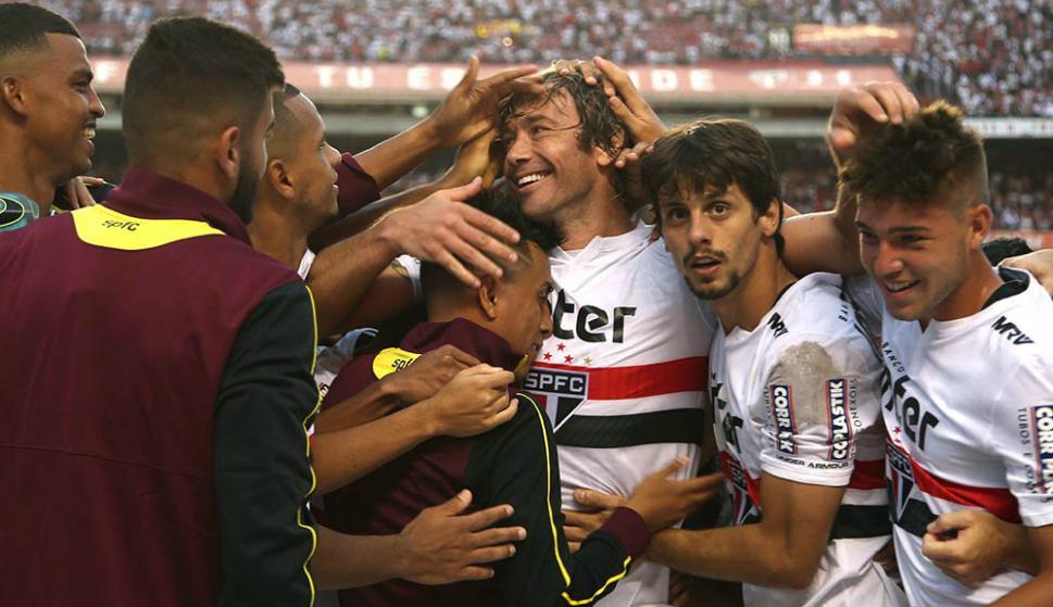 Diego Lugano siendo saludado por sus compañeros tras su último partido en São Paulo. Foto: @SaoPauloFC