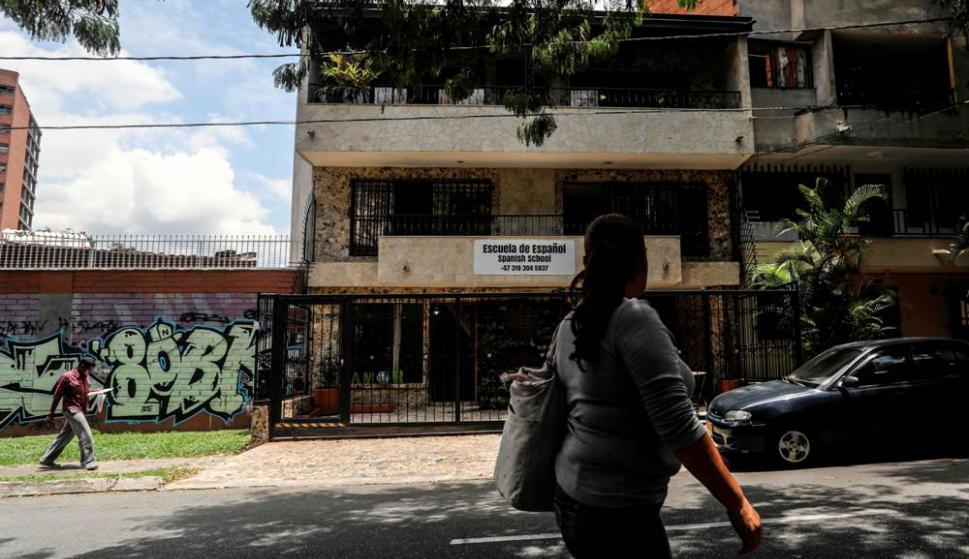 También visitan el lugar donde falleció Pablo Escobar. Foto: AFP