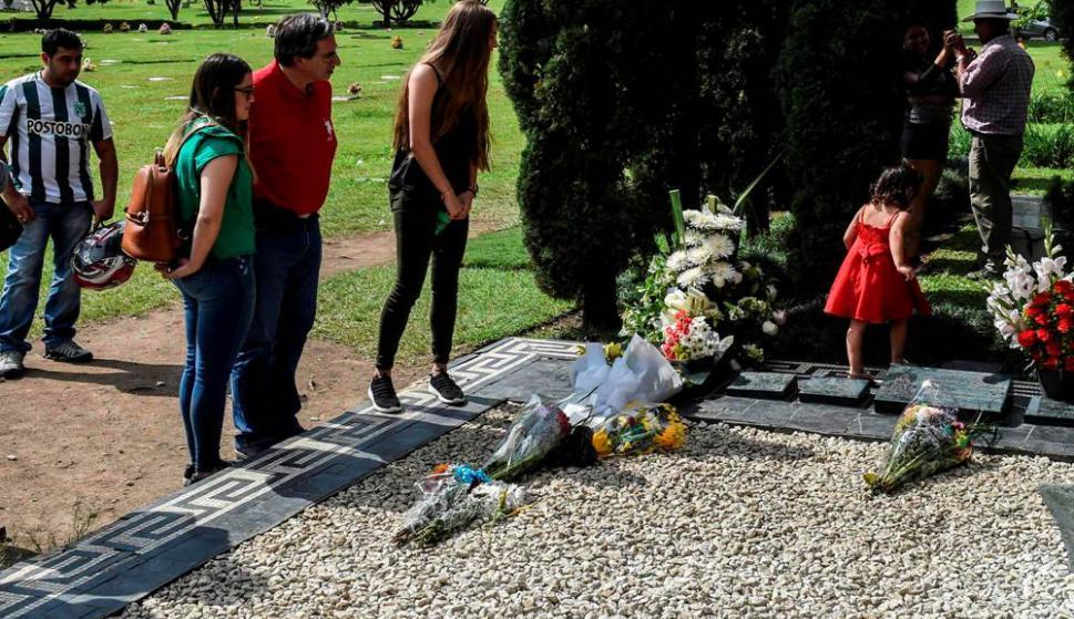 Muchas personas visitan la tumba de Pablo Escobar en el aniversario de su fallecimiento. Foto: AFP