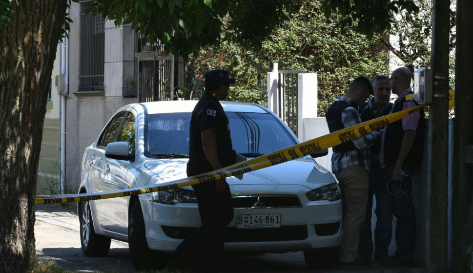 Policía en Brazo Oriental. Foto: Ariel Colmegna