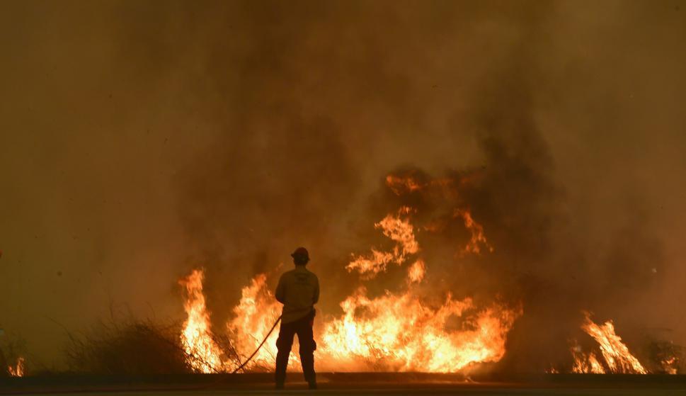 California trabaja combatir los poderosos incendios. Foto: AFP