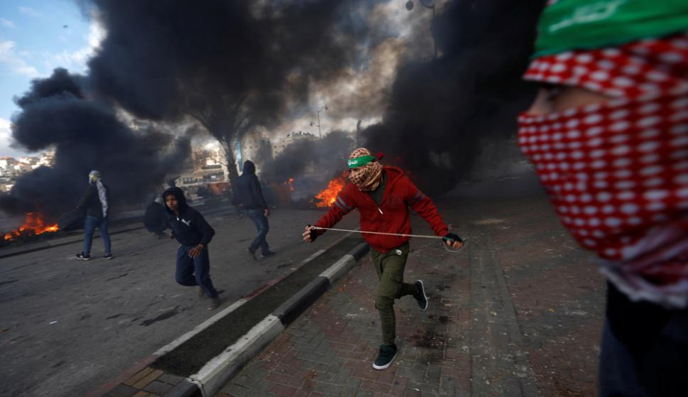 Respondiendo al llamado de Hamas, jóvenes palestinos salieron a enfrentar a las fuerzas de seguridad de Israel. Foto: Reuters