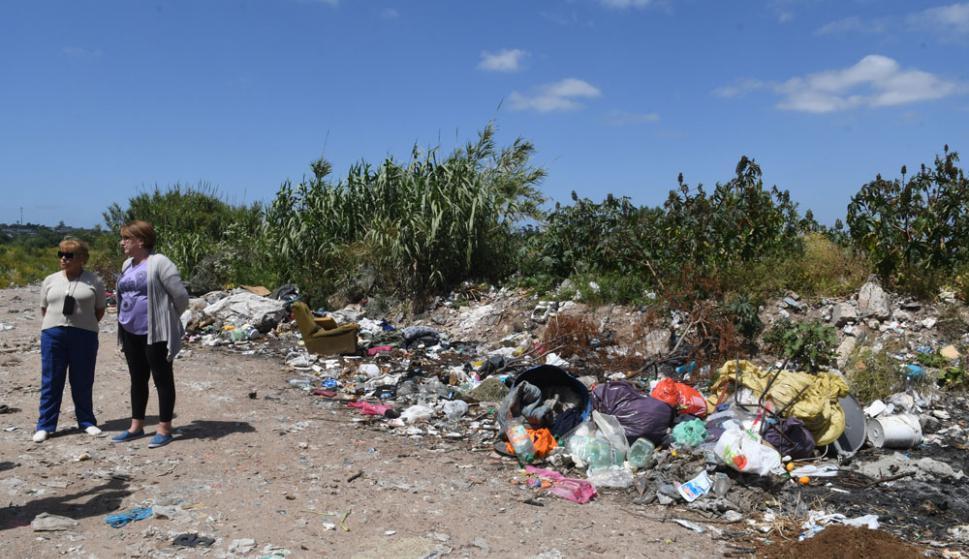 Nelly y Graciela, vecinas y miembros de la comisión de Medio Ambiente del Municipio D, en el basural de su barrio, Las Acacias. Foto: A. Colmegna