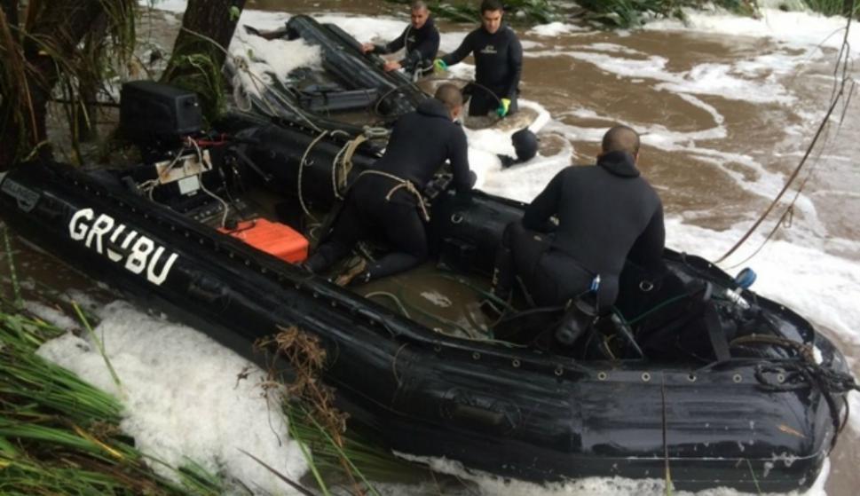 El Grubu retirando un auto que había sido arrastrado por la corriente. Foto: Grupo de Buceo de la Armada