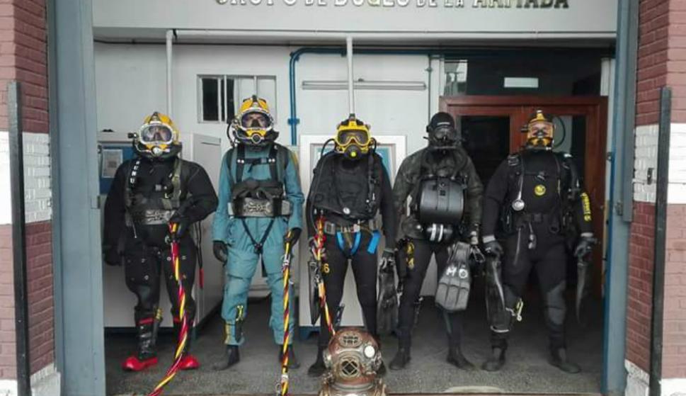 Buzos con trajes y cables umbilicales que permiten insuflar aire y comunicarse. Foto: Grupo de Buceo de la Armada