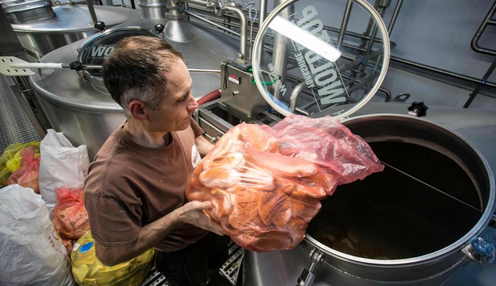 Un empleado de World Top deposita el pan. Foto: AFP.