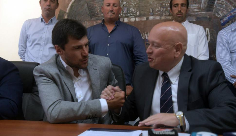 Alexander Medina y el estrechón de manos con el presidente José Luis Rodríguez. Foto: Francisco Flores