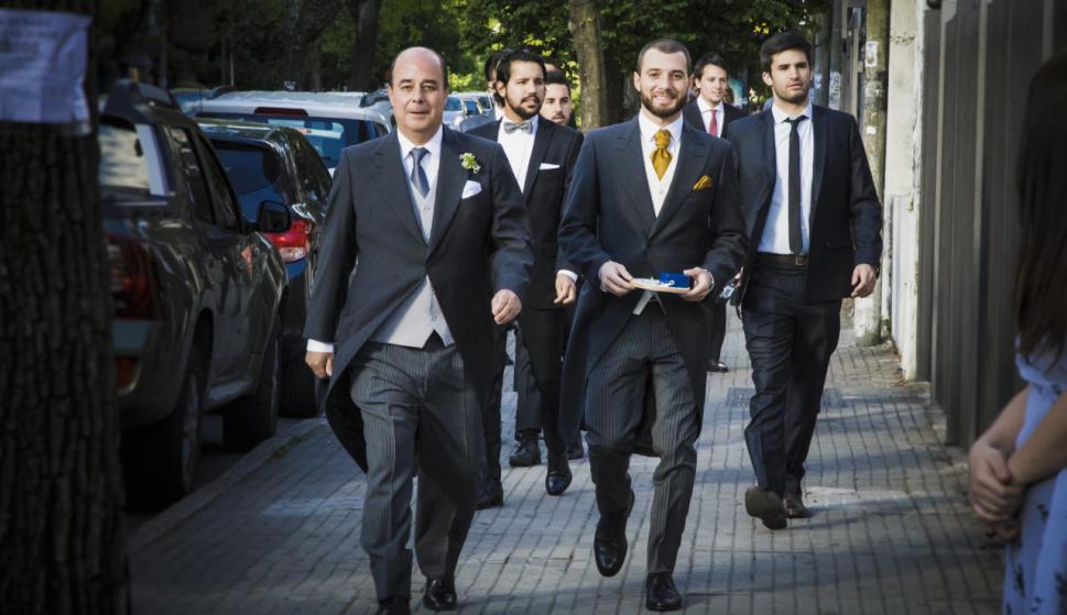 El novio llegando a la iglesia con su padre.