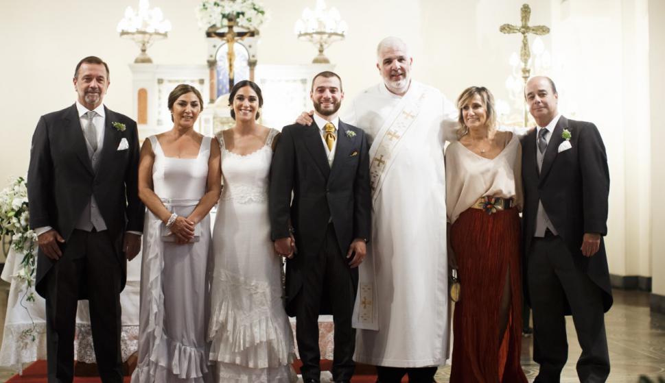 Los padrinos José Luis Damiani, Raquel Paiva, los novios, el Diácono Jorge Vargha, los padrinos Grisel Di Matteo, Alvaro Telesca.