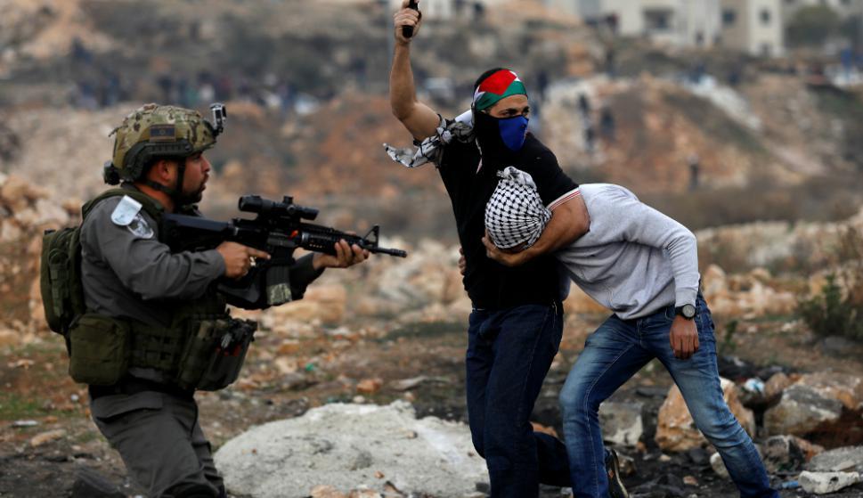 Agentes de las fuerzas israelíes infiltrados entre los manifestantes palestinos  dispersaron una protesta contra el reconocimiento de Jerusalén como capital. Foto: Reuters
