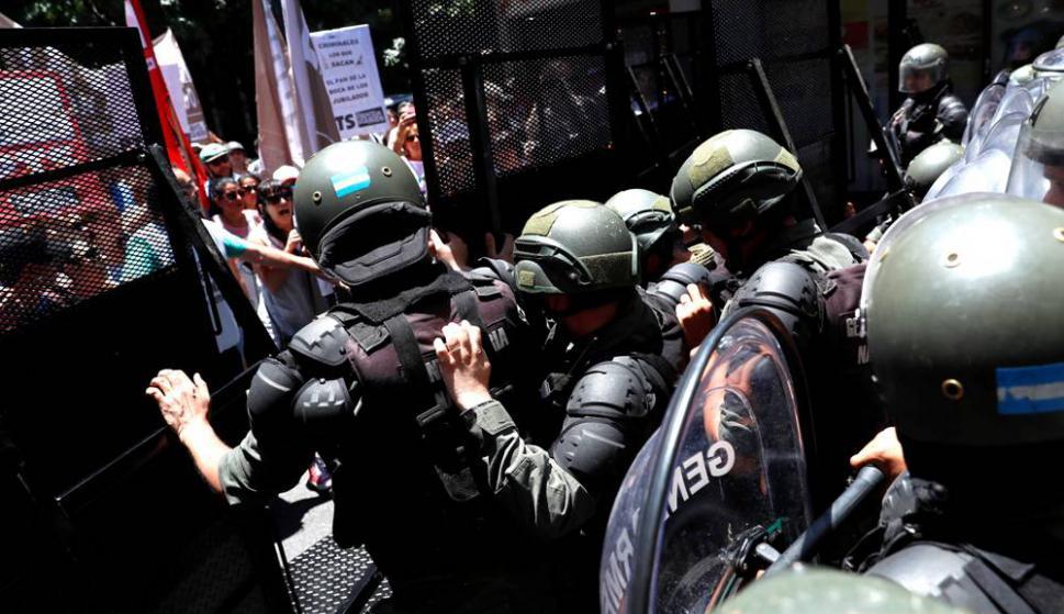 Protestas e incidentes durante la votación de la reforma de pensiones en Argentina. Foto: EFE