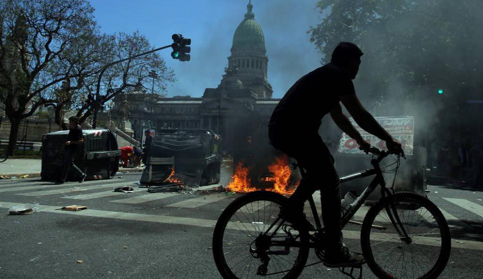 Protestas e incidentes durante la votación de la reforma de pensiones en Argentina. Foto: AFP